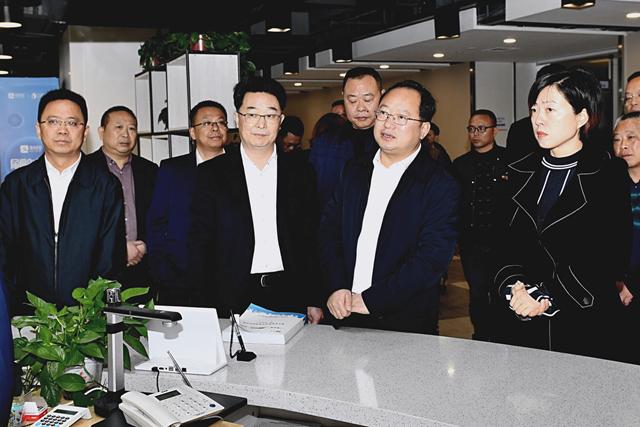 县委书记组织到市政务监管局学习优化营