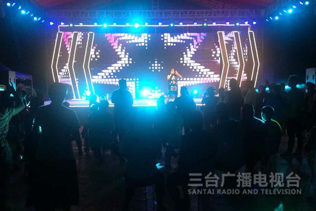 立新镇举办第二届音乐灯光节