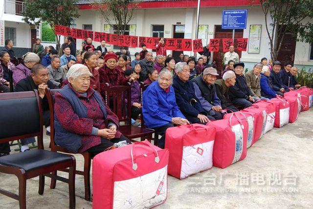 市政协到光辉镇新河村开展重阳节