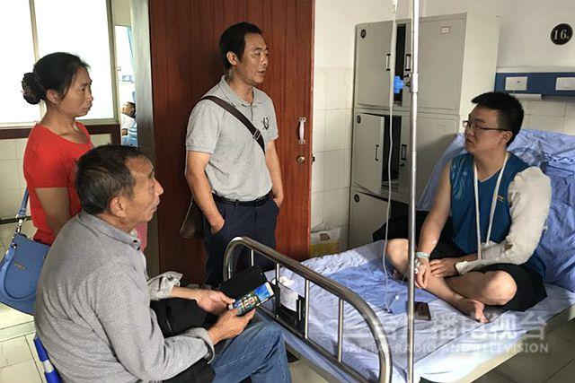 驻村第一书记受伤住院病床上仍心