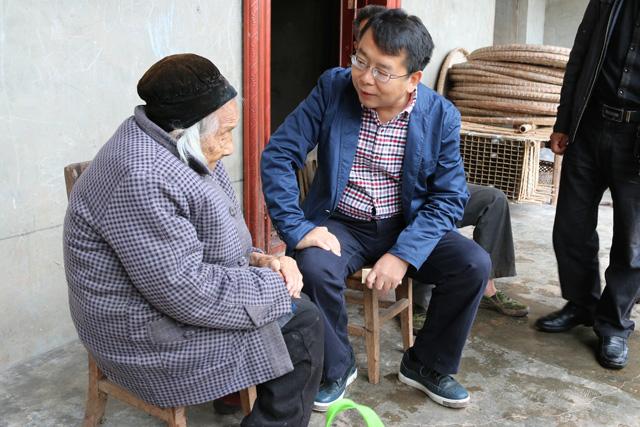 吴明禹在观桥镇看望慰问百岁老人(吴曦).jpg